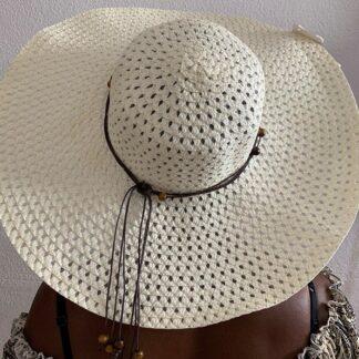 Chapéu de palha com aba larga
